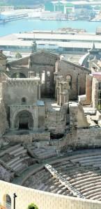La Catedral, entre el Teatro Romano y el mar. :: J. M. R. / AGM